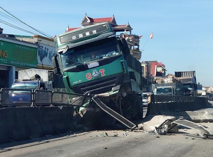 Xe bồn phi lên dải phân cách, xe biển xanh 80A và 2 xe tải dính chặt vào nhau - Ảnh 1.