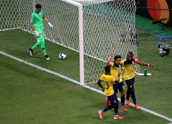 Sanchez lập siêu phẩm đưa Chile vào tứ kết Copa America - Ảnh 3.