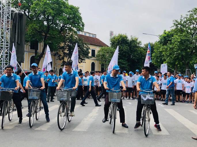 Clip: Phó Thủ tướng Trương Hoà Bình đi bộ cùng hàng ngàn người dân quanh Hồ Gươm - Ảnh 6.