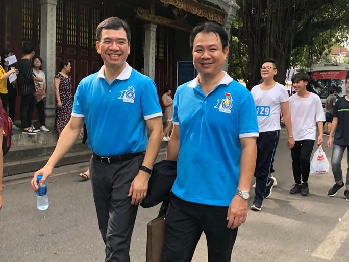 Clip: Phó Thủ tướng Trương Hoà Bình đi bộ cùng hàng ngàn người dân quanh Hồ Gươm - Ảnh 7.