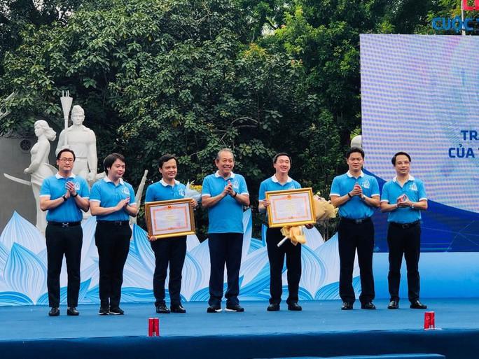 Clip: Phó Thủ tướng Trương Hoà Bình đi bộ cùng hàng ngàn người dân quanh Hồ Gươm - Ảnh 9.