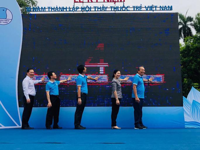 Clip: Phó Thủ tướng Trương Hoà Bình đi bộ cùng hàng ngàn người dân quanh Hồ Gươm - Ảnh 8.