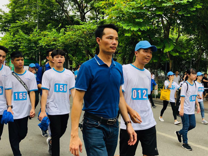 Clip: Phó Thủ tướng Trương Hoà Bình đi bộ cùng hàng ngàn người dân quanh Hồ Gươm - Ảnh 5.