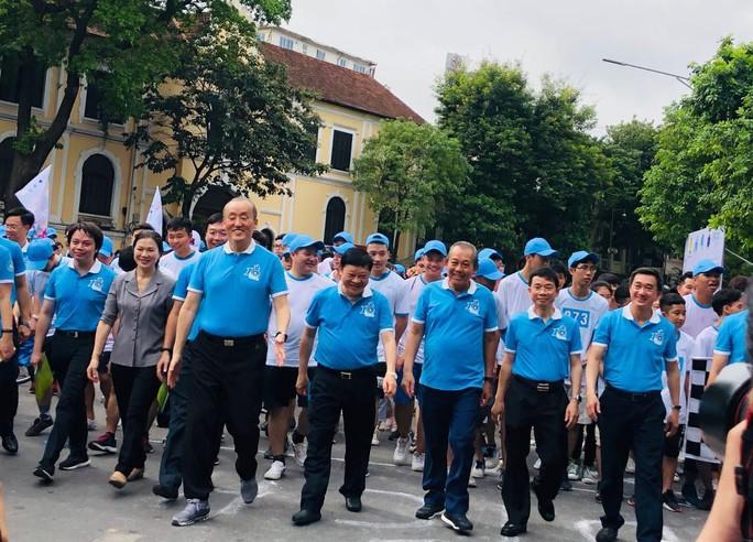 Clip: Phó Thủ tướng Trương Hoà Bình đi bộ cùng hàng ngàn người dân quanh Hồ Gươm - Ảnh 3.