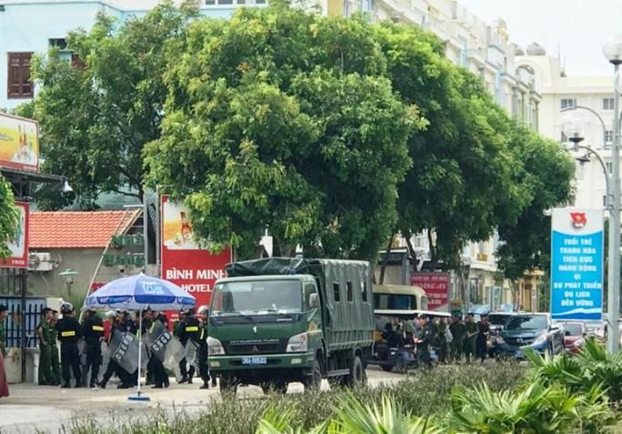 Hàng chục cảnh sát được huy động về biển Hải Tiến ngăn chặn xô xát - Ảnh 3.