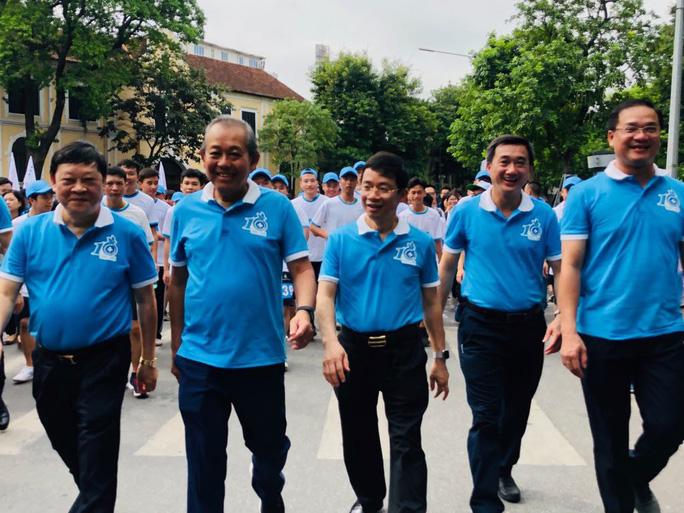 Clip: Phó Thủ tướng Trương Hoà Bình đi bộ cùng hàng ngàn người dân quanh Hồ Gươm - Ảnh 1.