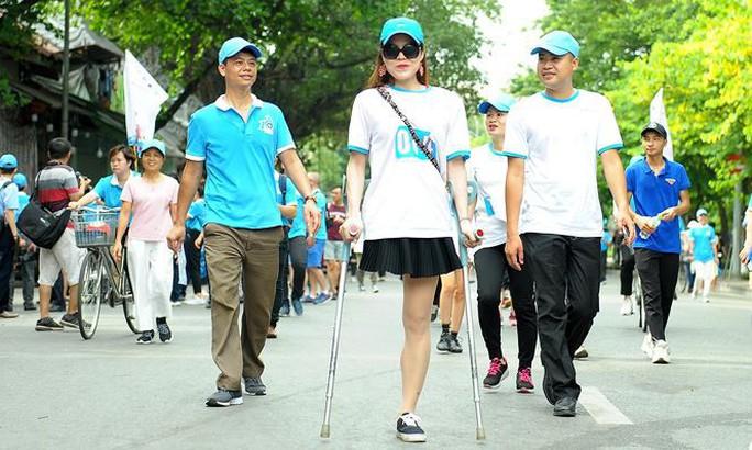 Clip: Phó Thủ tướng Trương Hoà Bình đi bộ cùng hàng ngàn người dân quanh Hồ Gươm - Ảnh 14.