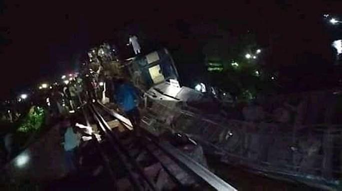 Tàu hoả rơi xuống kênh, hơn 100 người thương vong - Ảnh 1.