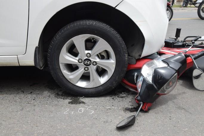 Nghi phạm buôn bán ma tuý lái ôtô tông và kéo lê xe máy của trinh sát - Ảnh 2.