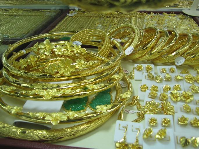 Giá vàng SJC vượt 42 triệu đồng/lượng trong nháy mắt - Ảnh 1.