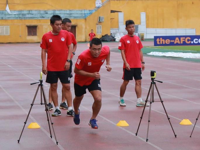 Trọng tài FIFA ngất xỉu khi kiểm tra thể lực trước thềm V-League - Ảnh 1.