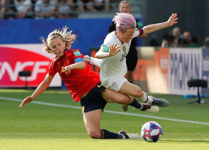 Hai quả penalty giúp Mỹ đánh bại Tây Ban Nha - Ảnh 1.
