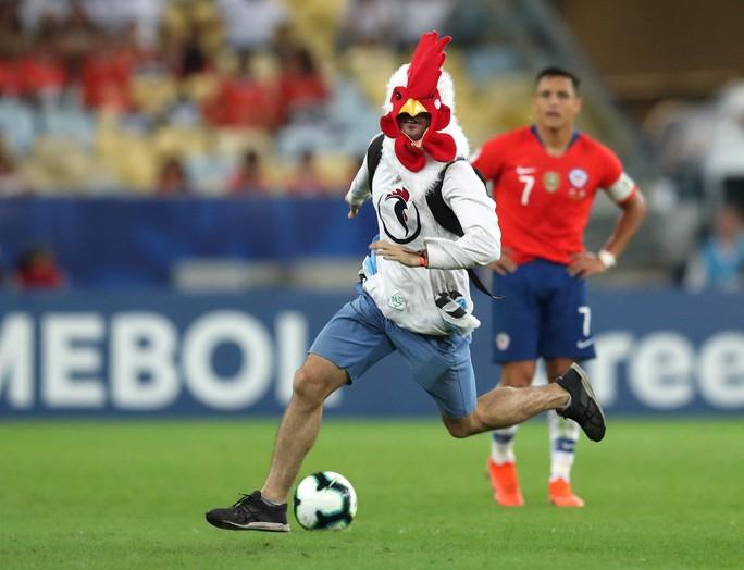 Chùm ảnh CĐV quấy rối khiến sao Chile và Uruguay đứng hình - Ảnh 3.