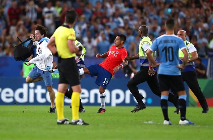 Chùm ảnh CĐV quấy rối khiến sao Chile và Uruguay đứng hình - Ảnh 6.