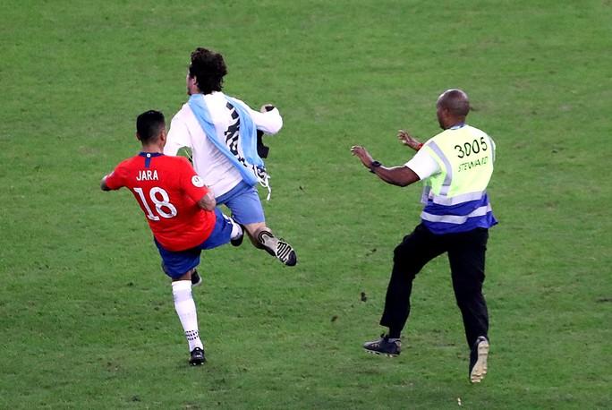 Chùm ảnh CĐV quấy rối khiến sao Chile và Uruguay đứng hình - Ảnh 7.