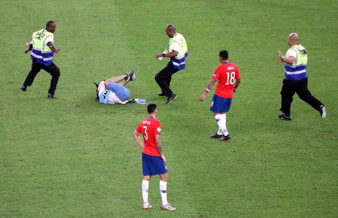 Chùm ảnh CĐV quấy rối khiến sao Chile và Uruguay đứng hình - Ảnh 8.