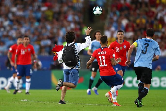 Chùm ảnh CĐV quấy rối khiến sao Chile và Uruguay đứng hình - Ảnh 5.
