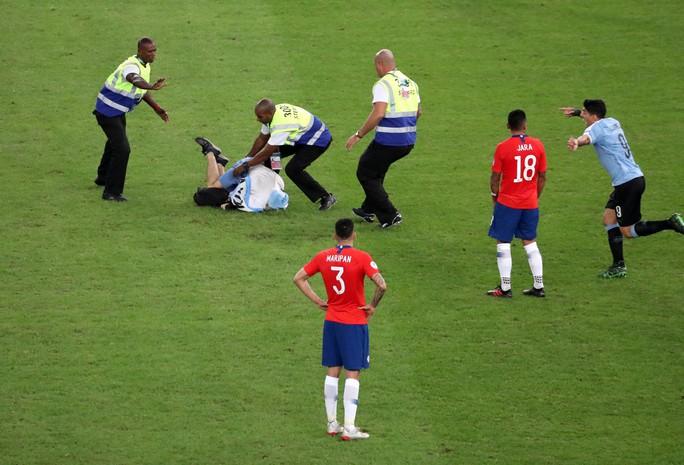 Chùm ảnh CĐV quấy rối khiến sao Chile và Uruguay đứng hình - Ảnh 9.