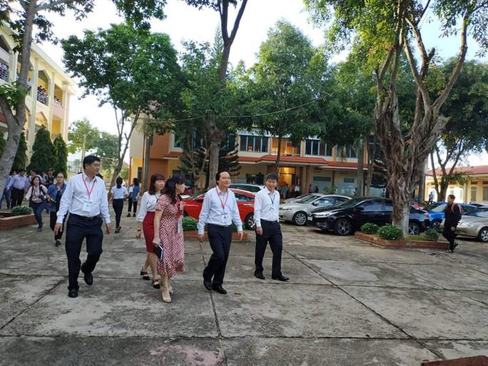 Bộ trưởng Phùng Xuân Nhạ kiểm tra kỳ thi tốt nghiệp tại Đắk Lắk - Ảnh 2.