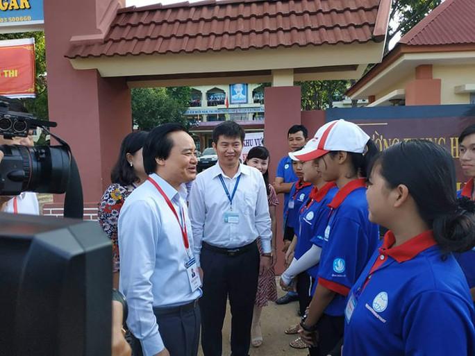 Bộ trưởng Phùng Xuân Nhạ kiểm tra kỳ thi tốt nghiệp tại Đắk Lắk - Ảnh 1.