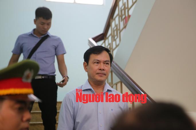 CLIP: Ông Nguyễn Hữu Linh rời tòa trong vòng vây ống kinh phóng viên - Ảnh 2.