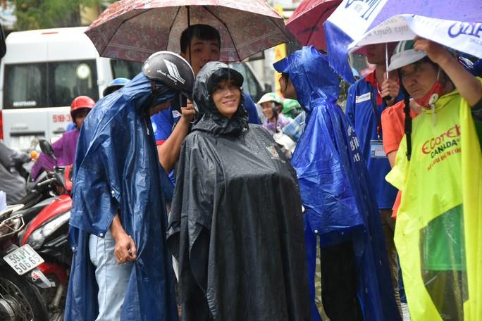 Cha mẹ dầm mưa, dãi nắng ngóng con thi THPT quốc gia - Ảnh 4.