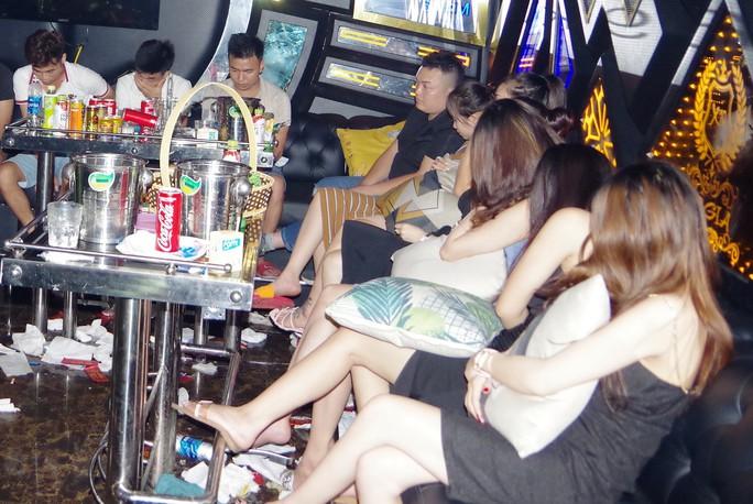 Bắt quả tang 11 chân dài và 17 nam thanh niên mở tiệc ma túy ở quán karaoke - Ảnh 1.
