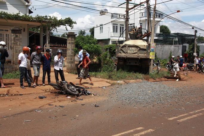 Xe ben tông xe máy, 2 người thương vong, hàng trăm gia đình mất điện - Ảnh 1.