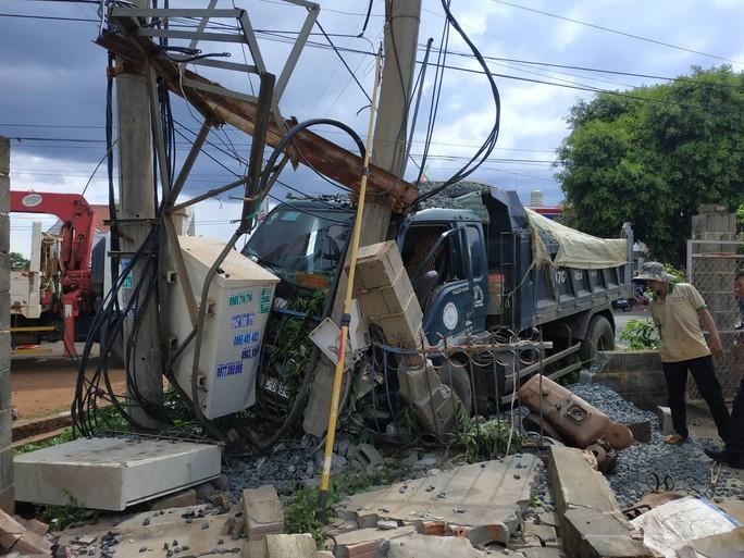 Xe ben tông xe máy, 2 người thương vong, hàng trăm gia đình mất điện - Ảnh 2.