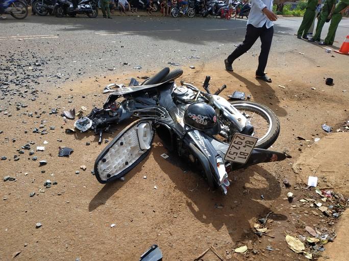 Xe ben tông xe máy, 2 người thương vong, hàng trăm gia đình mất điện - Ảnh 3.