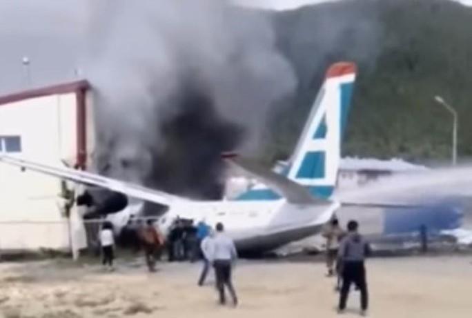 Máy bay chở khách bốc cháy, hai phi công thiệt mạng - Ảnh 2.