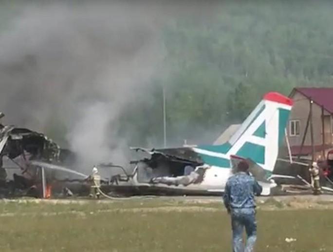Máy bay chở khách bốc cháy, hai phi công thiệt mạng - Ảnh 1.