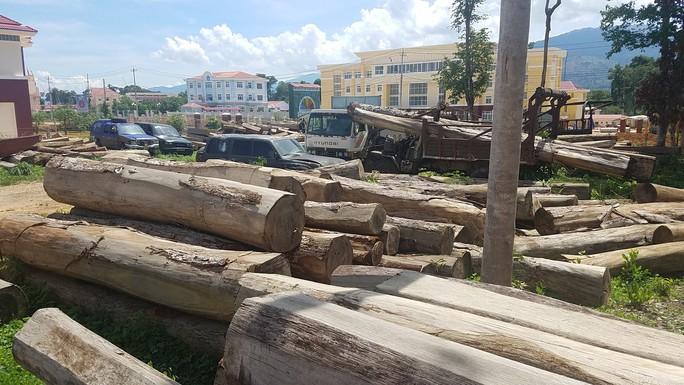 Lật phà chở xe gỗ, một người tử vong - Ảnh 1.