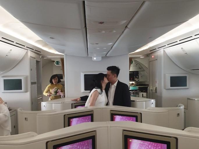 Tiệc mừng đám cưới trên độ cao hơn 10.000 m từ Hà Nội vào TP HCM - Ảnh 2.