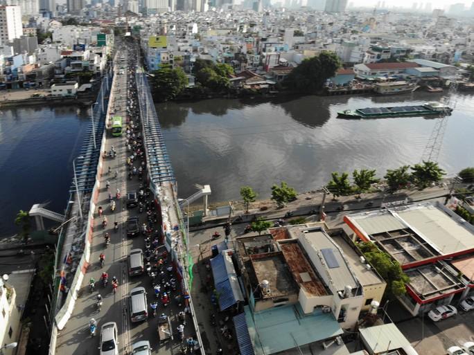 VIDEO: Cầu Kênh Tẻ chỉ dài hơn 700m, nhưng phải mỏi mòn vượt qua! - Ảnh 2.