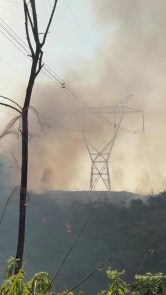 Rừng khắp nơi ở Thừa Thiên Huế đang cháy ngùn ngụt - Ảnh 2.