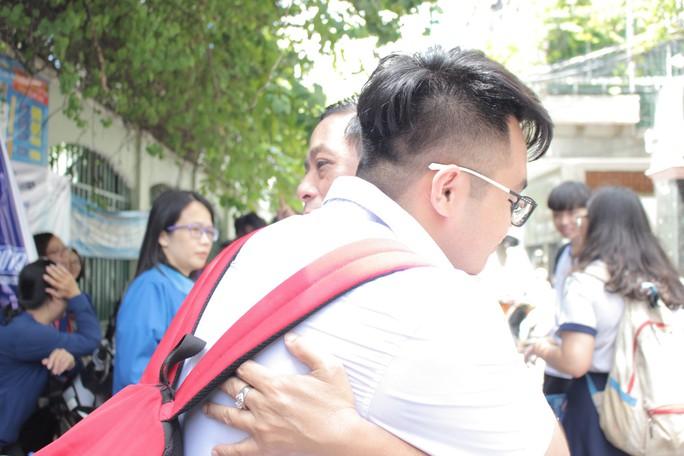 [Phóng sự ảnh] Con lớn rồi nhưng hãy cứ ôm, hôn... - Ảnh 4.