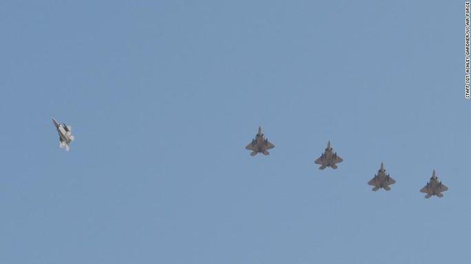 """Mỹ lần đầu triển khai """"Chim ăn thịt"""" F-22 tới gần Iran - Ảnh 1."""