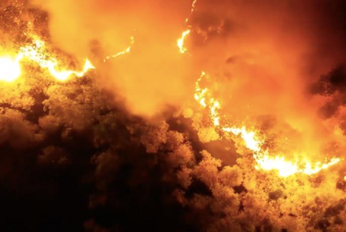 Clip: Núi Hồng Lĩnh thành biển lửa, di dời dân khẩn cấp - Ảnh 2.