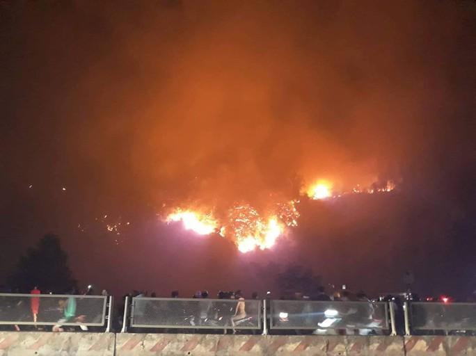 Clip: Núi Hồng Lĩnh thành biển lửa, di dời dân khẩn cấp - Ảnh 11.