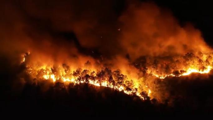 Clip: Núi Hồng Lĩnh thành biển lửa, di dời dân khẩn cấp - Ảnh 12.
