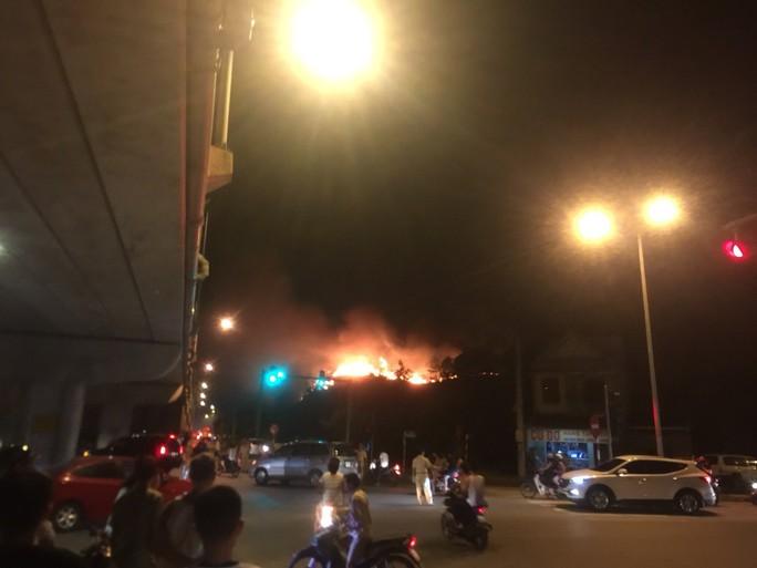 Clip: Núi Hồng Lĩnh thành biển lửa, di dời dân khẩn cấp - Ảnh 13.