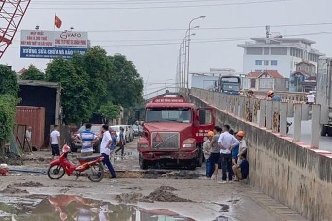 Vỡ đường ống dẫn nước sạch, hàng ngàn hộ dân ở Hà Nội bị ảnh hưởng - Ảnh 1.