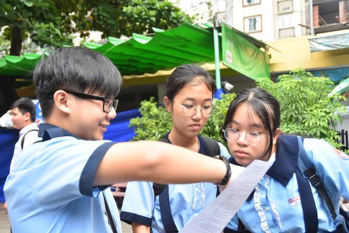 Đội nắng dầm mưa chờ con, nhiều phụ huynh tỏ ra lạc quan với đề thi năm nay - Ảnh 9.