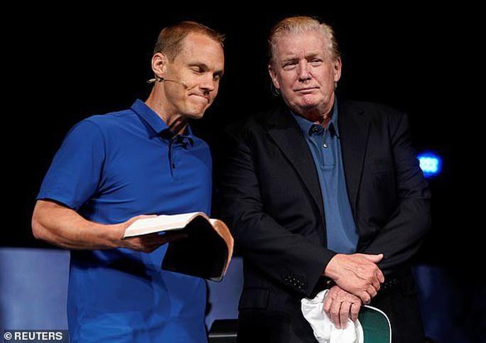 Tổng thống Trump gây xôn xao với kiểu tóc lạ - Ảnh 3.