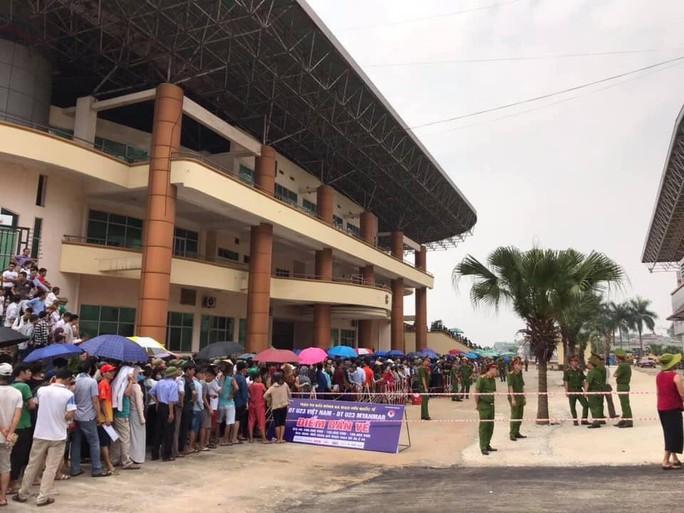 Người dân Phú Thọ xếp hàng mua vé xem U23 Việt Nam đá Myanmar - Ảnh 1.