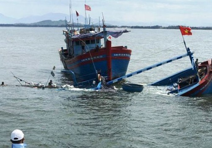 Cứu 8 người bị chìm tàu trên biển - Ảnh 1.