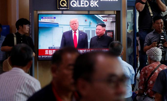 Hình ảnh lịch sử khi Tổng thống Trump gặp ông Kim Jong-un tại Bàn Môn Điếm - Ảnh 9.