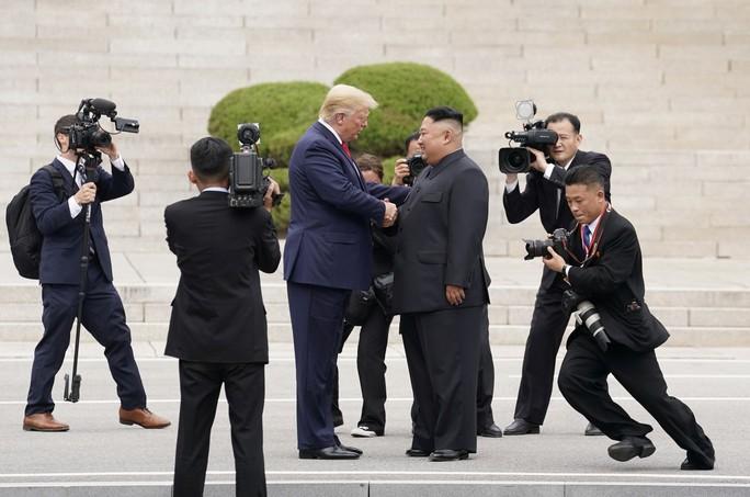Hình ảnh lịch sử khi Tổng thống Trump gặp ông Kim Jong-un tại Bàn Môn Điếm - Ảnh 4.