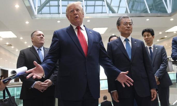 Hình ảnh lịch sử khi Tổng thống Trump gặp ông Kim Jong-un tại Bàn Môn Điếm - Ảnh 3.